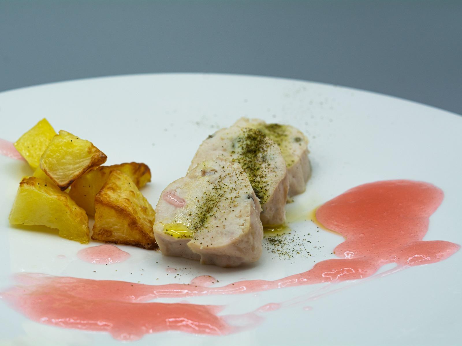 Roll di pollo con patate e salsa al campari gin